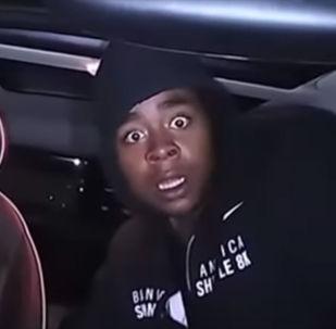 В США видеорегистратор зафиксировал выражение лица вора, когда его застала врасплох вспышка. Видео позабавило многих пользователей соцсетей.