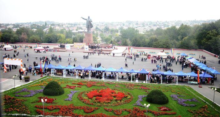 На центральной площади Оша ко Дню города прошли национальные игры: соколиная охота, соревнования с тайганом, стрельба из лука
