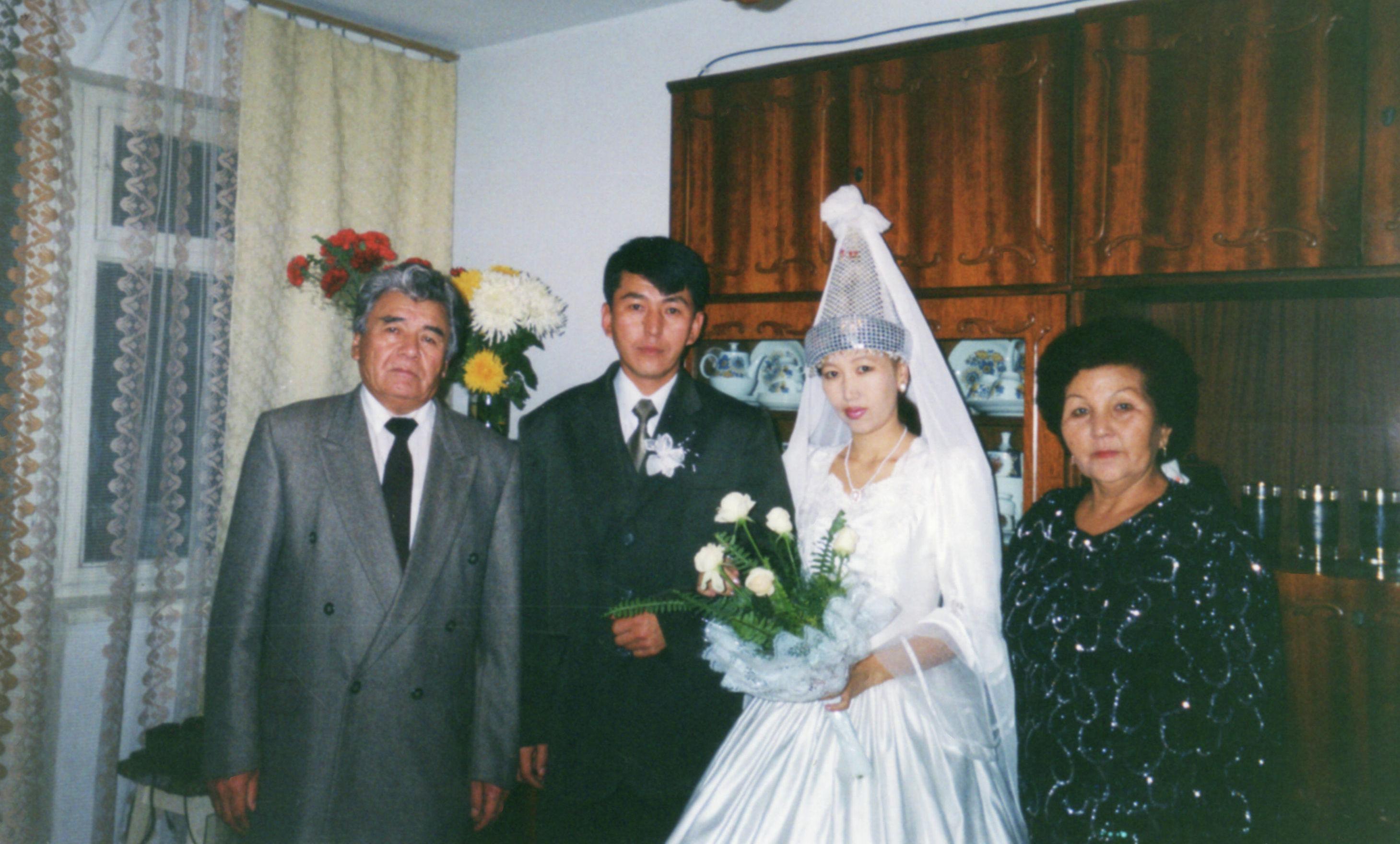 Участник баткенских событий, полковник Октябрь Рыскулбеков с супругой и родителями
