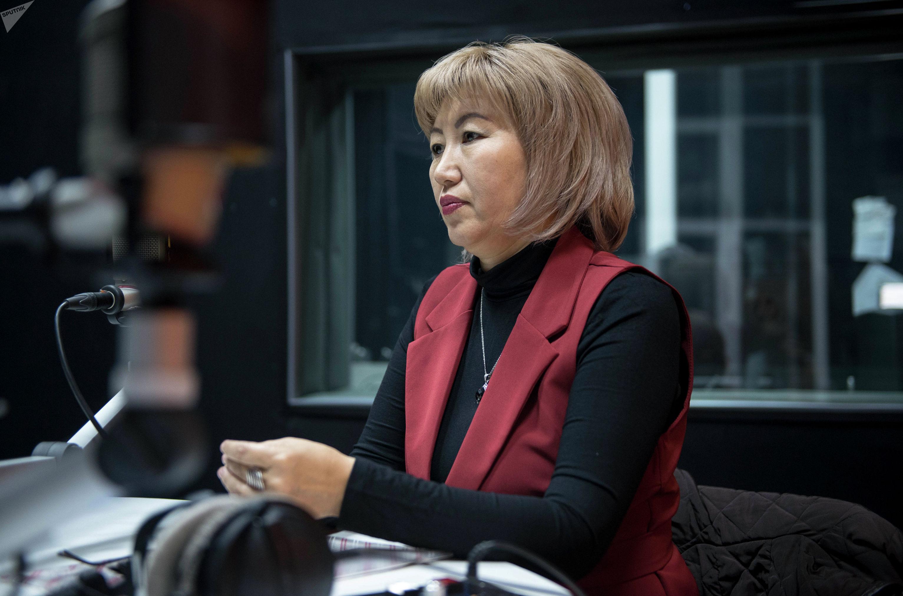 Вдова полковника Октября Рыскулбекова, участника баткенских событий Анара Усенбекова во время интервью на радиостудии Sputnik Кыргызстан