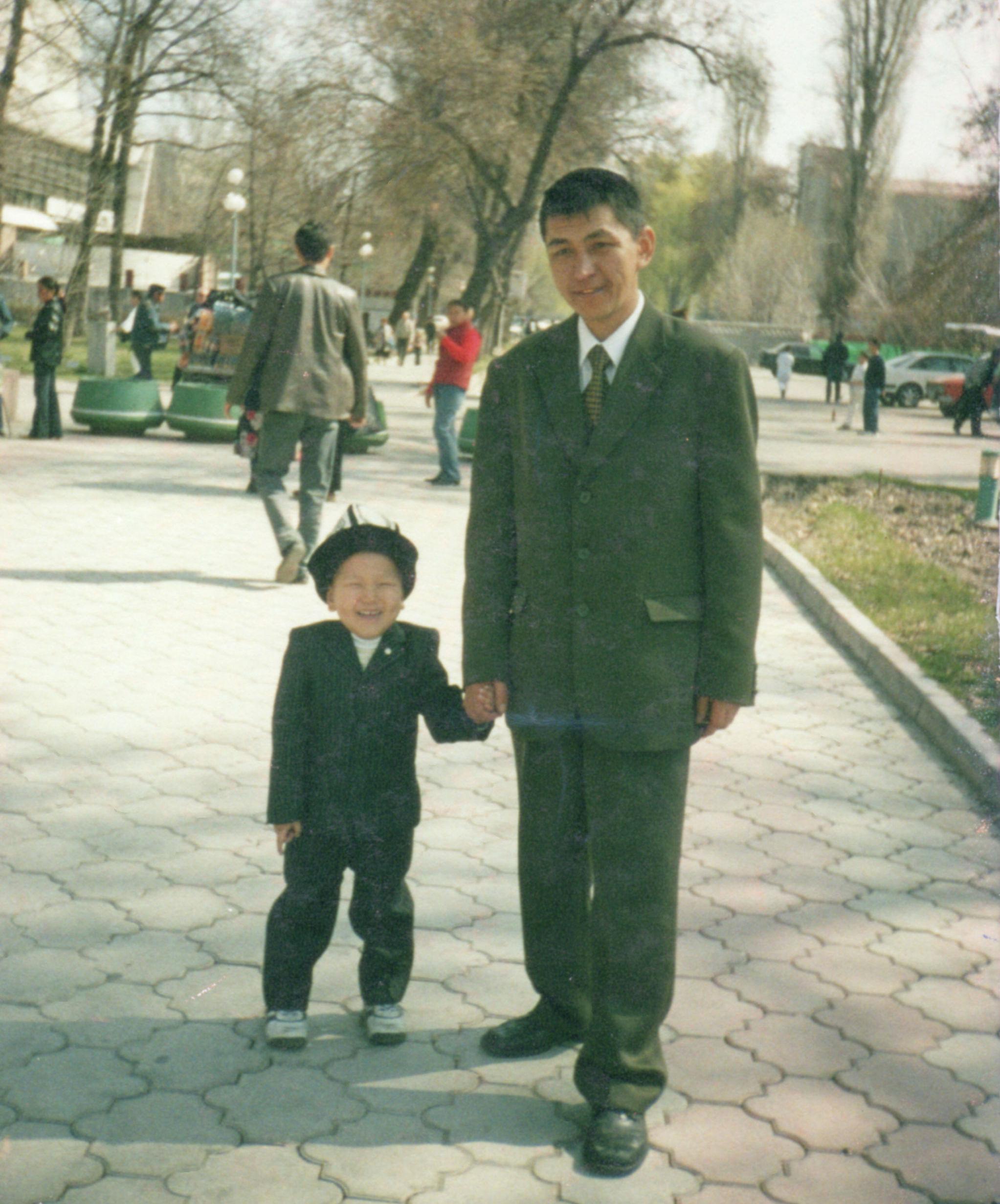 Участник баткенских событий, полковник Октябрь Рыскулбеков с сыном