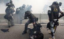 Сотрудники полиции во время задержания участников протестов в Гонконге. Архивное фото