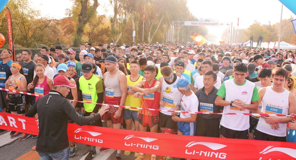 Борбор калаада бүгүн Мол булак Күз деми эл аралык марафону өтүп, ага 3000дей жөө күлүк чуркады