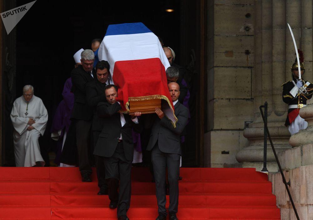 30 сентября в церкви Сен-Сюльпис в Париже прошла официальная церемония прощания с бывшим президентом Франции Жаком Шираком. В церемонии участвовали французский президент Эмманюэль Макрон, а также лидеры иностранных государств.  Экс-президент страны Жак Ширак скончался 26 сентября во Франции на 87-м году жизни.