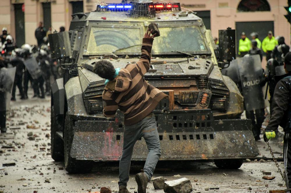 Забастовка транспортных служб Эквадора на два дня буквально парализовала страну. К протестам таксистов, недовольных отменой субсидий на топливо присоединились и другие перевозчики. Были перекрыты многие дороги. Власти страны заявили о необходимости пересмотра тарифов на проезд. Это может быть некой компенсацией за отмену субсидий.