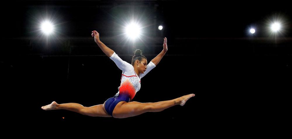Французская гимнастка Марин Бойе выступает на чемпионате мира по спортивной гимнастике в Германии