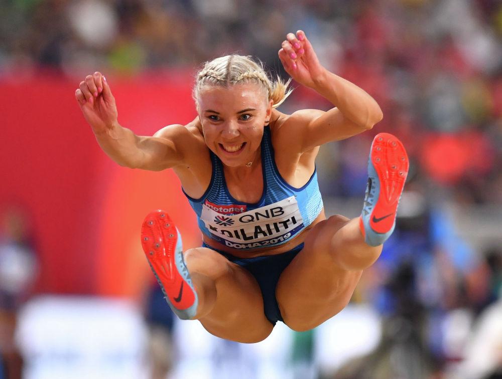 Легоатлетка из Финляндии Тайка Койлахти выполняет прыжок в длину на чемпионате мира по легкой атлетике в Дохе (Катар)