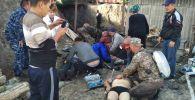 Спасатели оказывают первую помощь пострадавшим рабочим в угольной шахте в Сулюкте