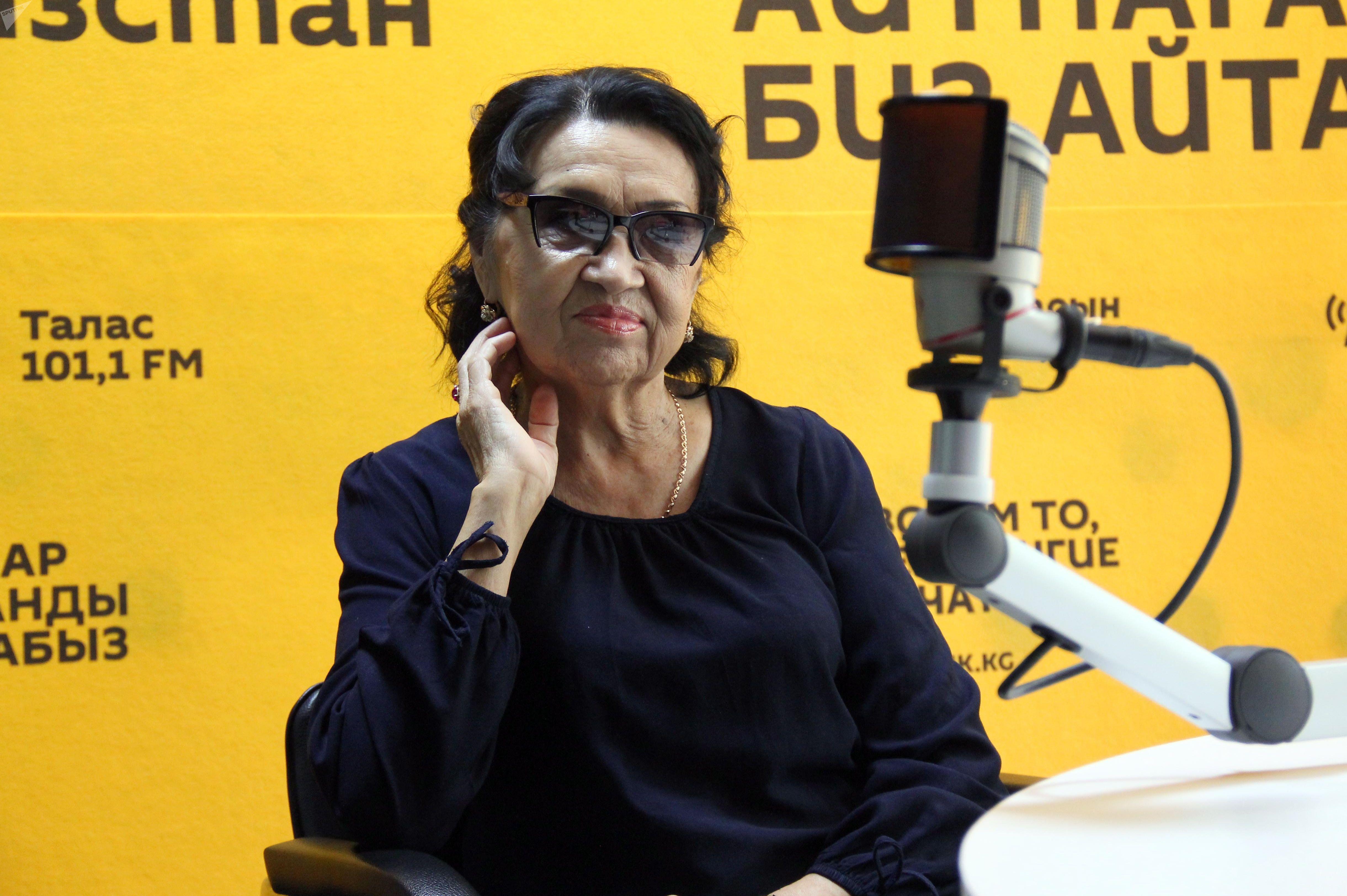 Народная артистка Кыргызстана Зейнеп Шакеева во время интервью Sputnik Кыргызстан