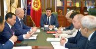 Премьер-министр КР Мухаммедкалый Абылгазиев провел рабочее совещание в связи с чрезвычайными происшествиями на шахтах в Баткенской области, которые привели к гибели людей