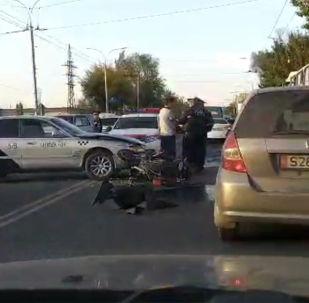 Автоавария произошла примерно в 17:30 на пересечении проспекта Чингиза Айтматова и улицы Балтагулова, на выезде с территории одного из торговых центров Бишкека.