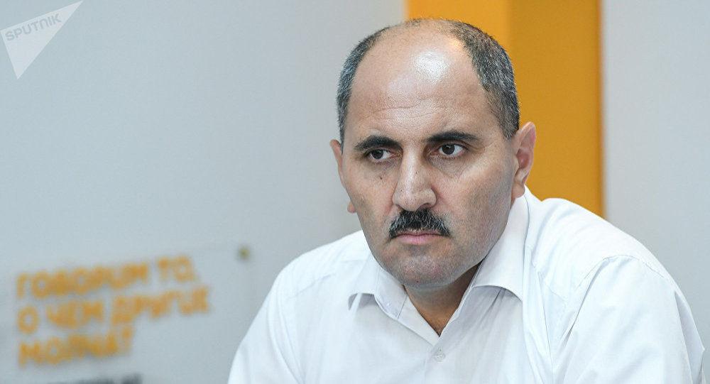 Член правления Совета Прессы Азер Хасрет на пресс-центре