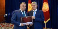 Кыргызстандын мурдагы президенти Алмазбек Атамбаев жана анын тарапташы Алга Кылычев. Архив