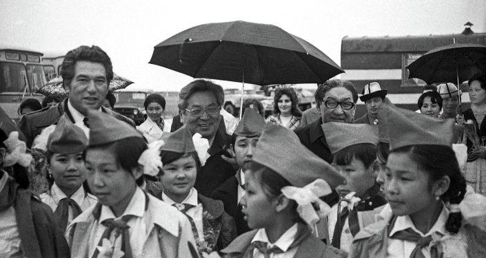 Писатель Чингиз Айтматов, первый секретарь ЦК Коммунистической партии Киргизской ССР Турдакун Усубалиев и председатель Президиума Верховного Совета Киргизской ССР Торобай Кулатов, Фрунзе. 1976 год. Архивное фото