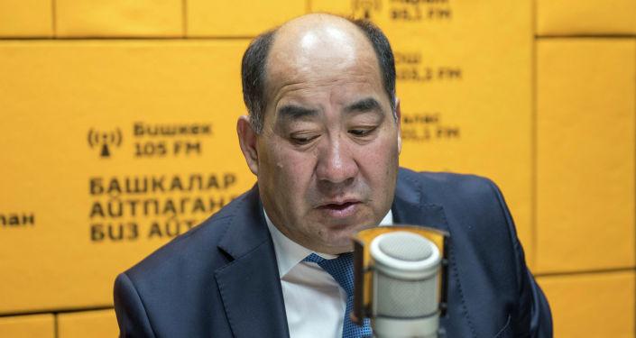 Министр образования и науки Каныбек Исаков заявил, что понимает чувства педагогов, которые работают несколько десятков лет и до сих пор не имеют ведомственных наград, а также попросил у них прощения.