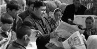 Жители Киргизской ССР одного из колхозов на Тянь-Шане получили свежий номер газеты. Архивное фото