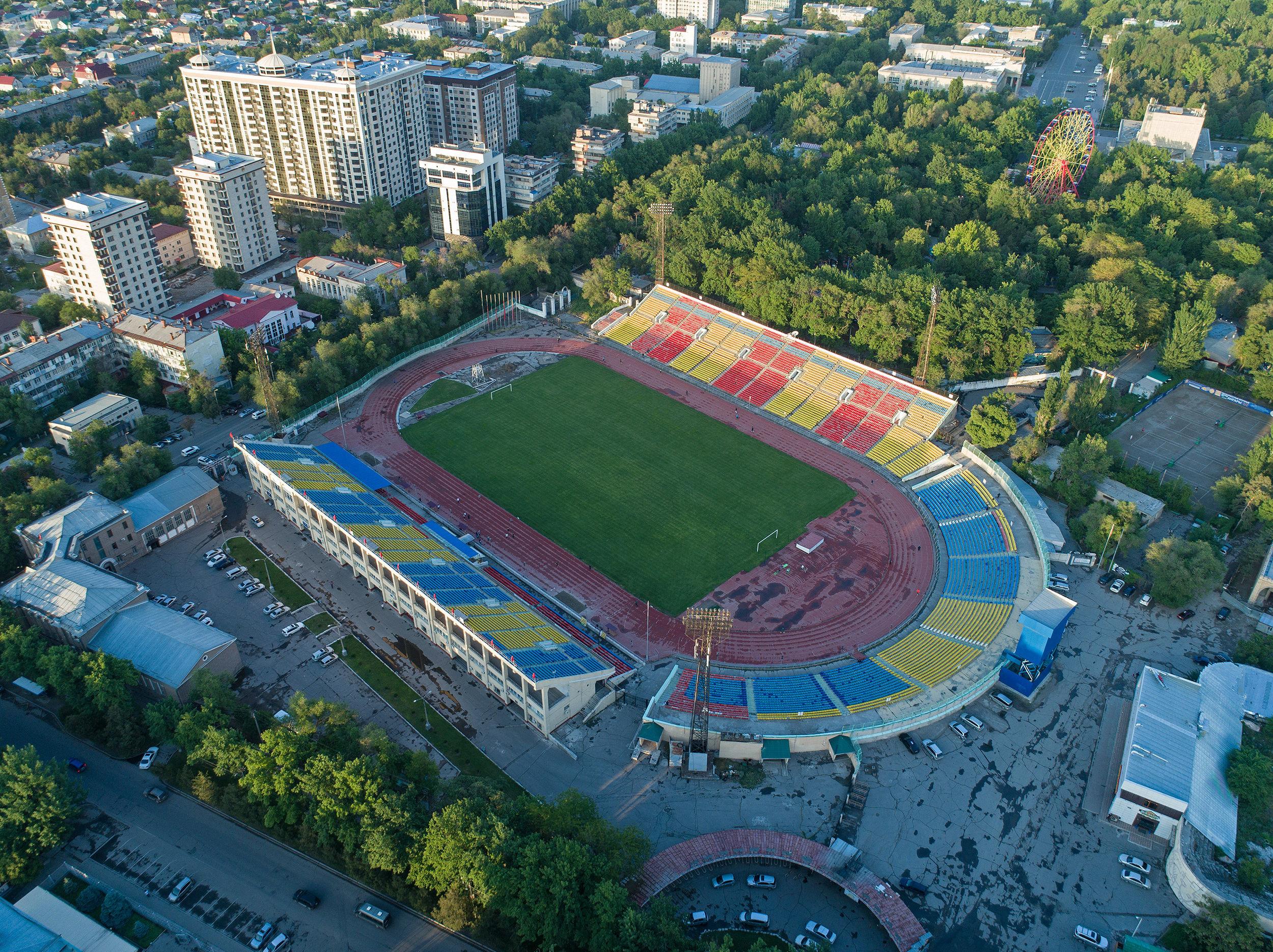 Вид на центральный стадион имени Долона Омурзакова с высоты в Бишкеке