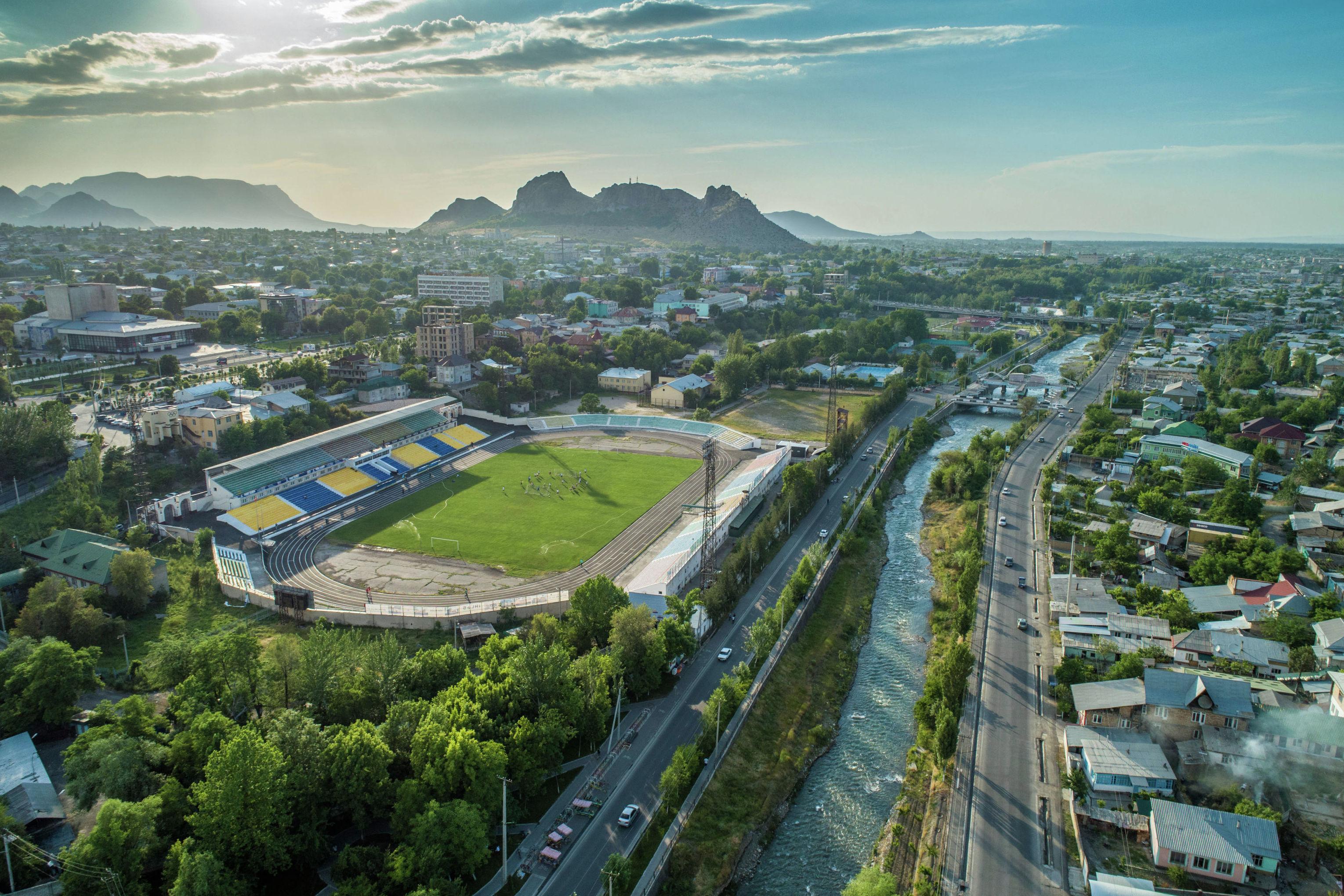 Вид на центральный стадион имени Ахматбека Суюмбаева с высоты города Ош