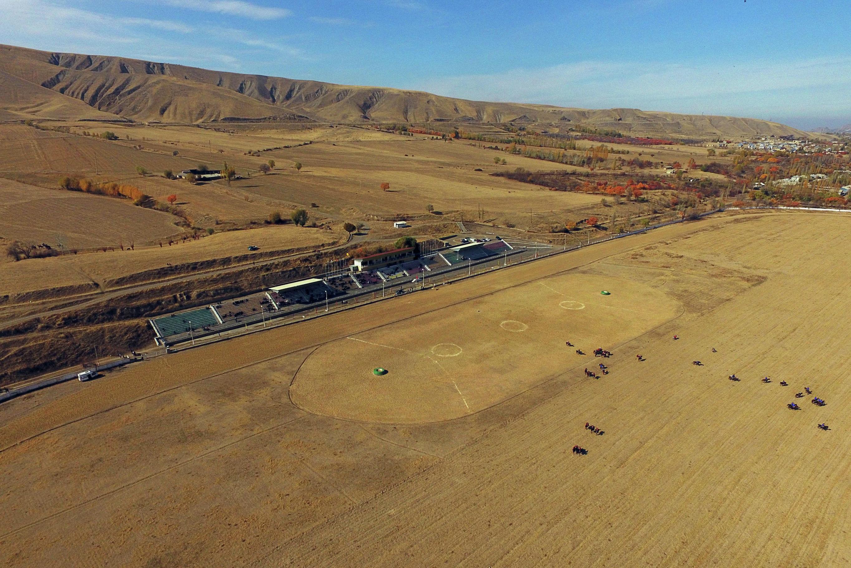 Вид на ипподром Толойкан с высоты в Карасууйском районе Ошской области