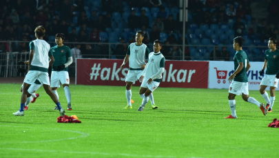 Футболисты сборной Мьянмы разминаются перед матчем Кыргызстан — Мьянма в рамках отборочного раунда ЧМ-2022 на стадионе имени Долона Омурзакова в Бишкеке