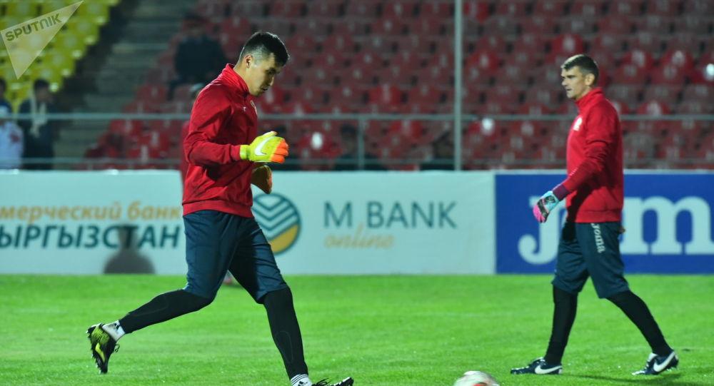 Футболисты сборной Кыргызстана разминаются перед матчем Кыргызстан — Мьянма в рамках отборочного раунда ЧМ-2022 на стадионе имени Долона Омурзакова в Бишкеке