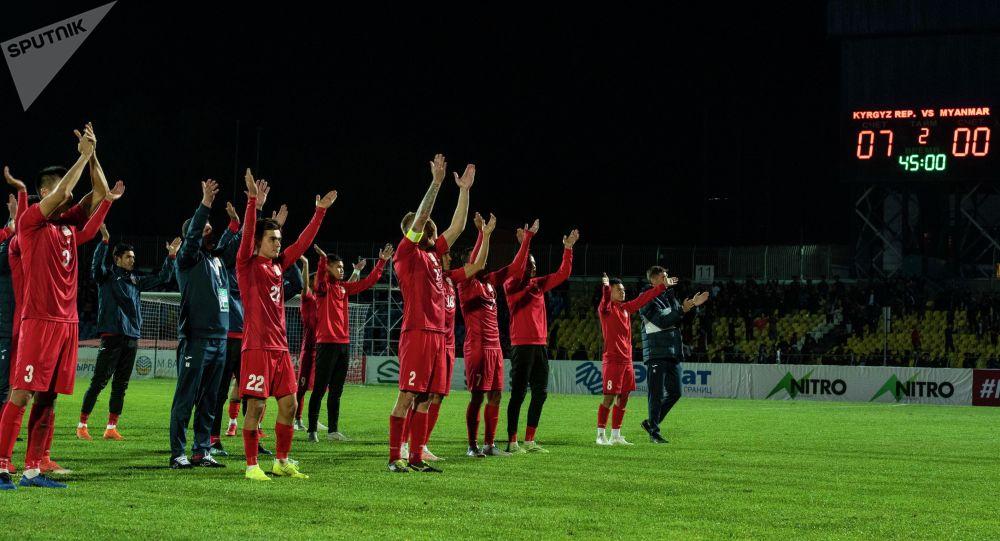 Футболисты сборной КР благодарят болельщиков после матча Кыргызстан — Мьянма в рамках отборочного раунда ЧМ-2022 на стадионе имени Долона Омурзакова в Бишкеке