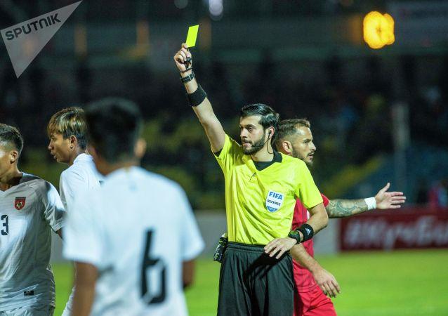 За грубую игру рефери показал желтые карточки двум футболистам соперников