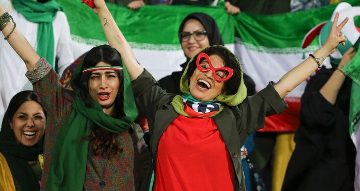 Иранские женщины приветствуют во время отборочного футбольного матча между сборными командами Ирана и Камбоджи в рамках чемпионата мира по футболу в группе С на стадионе Азади в столице страны Тегеране. 10 октября 2019 года