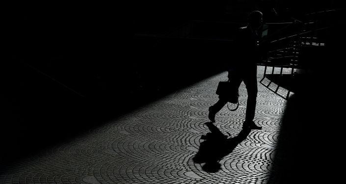 Мужчина с портфелем идет по улице. Архивное фото