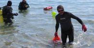 Очистку дна и пляжной зоны Иссык-Куля в селе Бостери от мусора провели сотрудники Дирекции биосферной территории Иссык-Куль совместно с дайверами ОФ Чистый Иссык-Куль