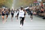 Кенийский легкоатлет Элиуд Кипчоге пересекает финишную черту