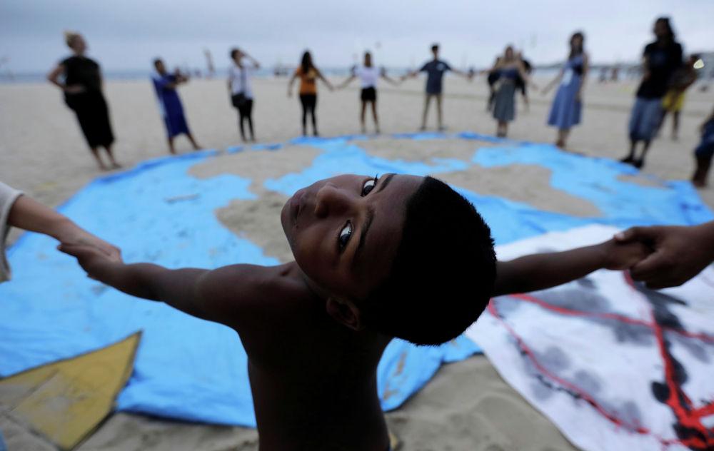 Экоактивисты в Рио-де-Жанейро присоединились к общемировой акции Extinction Rebellion, но провели ее на пляже Копакабаны