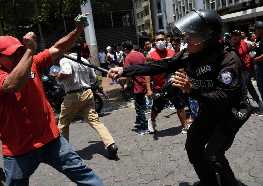 Почти 450 человек, в том числе полицейские, пострадали в ходе протестов в Эквадоре. Беспорядки продолжаются уже несколько дней: 1 октября власти объявили об отмене субсидий на топливо, после чего на улицы вышли недовольные этим решением таксисты. Позже к ним присоединились другие протестующие.