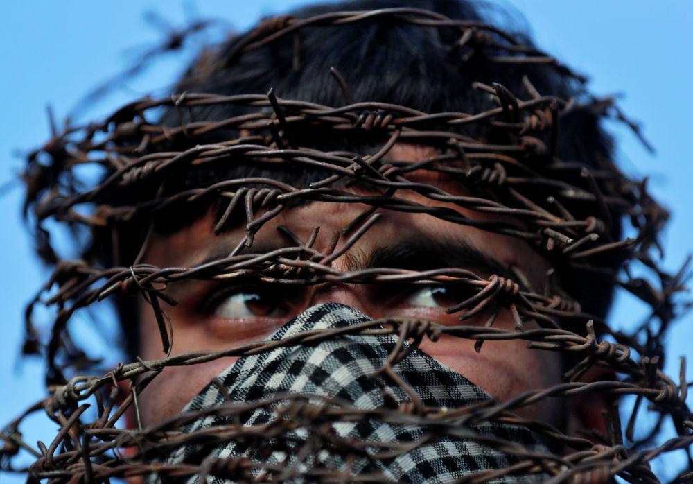 Участник акции протеста из-за отмены индийским правительством особого конституционного статуса Кашмира