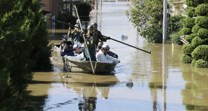 Местные жители спасены японскими солдатами Сил обороны из затопленной зоны, вызванной тайфуном Хагибис в Какуде, префектура Мияги. Япония, 13 октября 2019 года