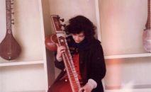 Юлия Митенкова в дом музыки в родовом имении Надери. 1997 год. поселение Каяны, провинция Баглан Северный Афганистан.