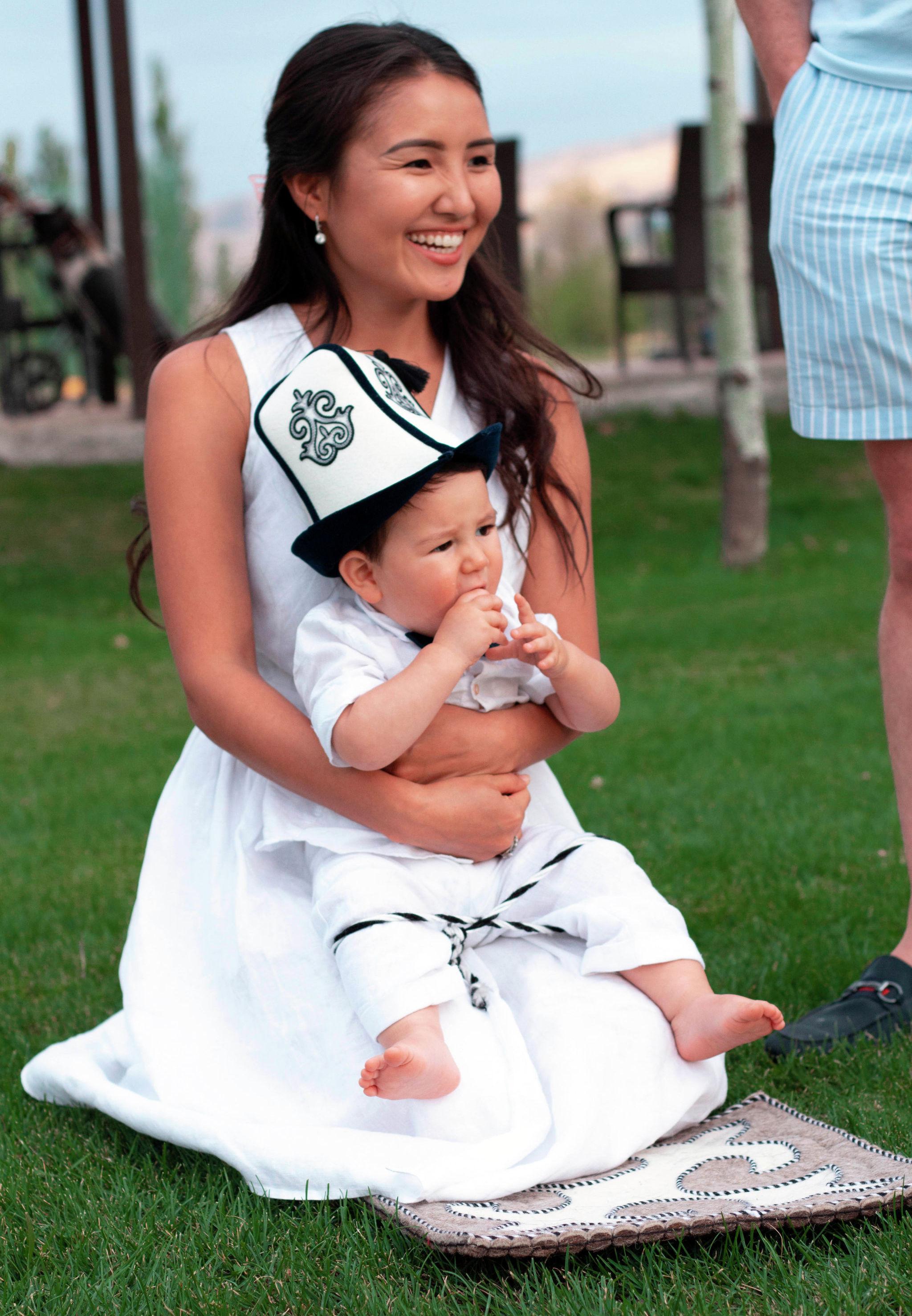 Кыргызстанка Чолпон Улукбекова с сыном