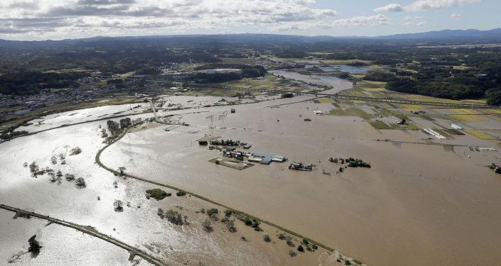 Аэрофотоснимок показывает области, затопленные рекой Абукума после тайфуна Хагибис в городе Тамагава, префектура Фукусима. Япония, 13 октября 2019 года