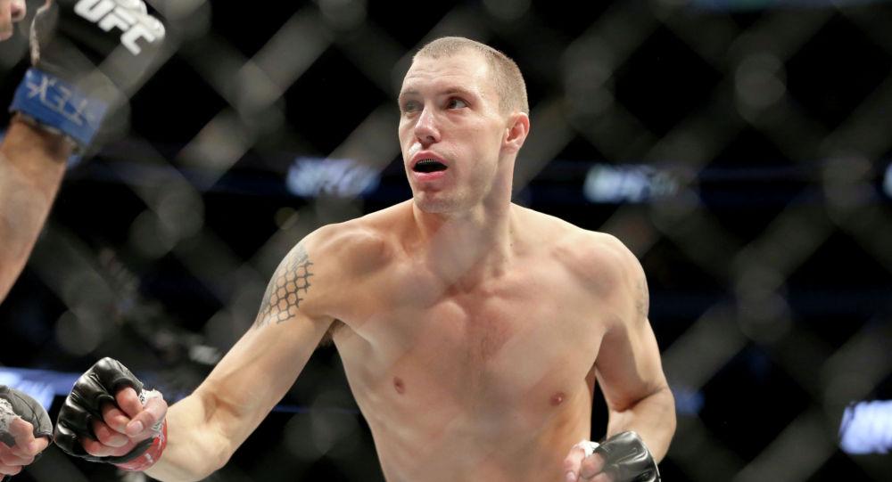 Джеймс Вик сражается с Марко Поло Рейесом в смешанном боевом бою на UFC 211 в Далласе. 13 мая 2017 года