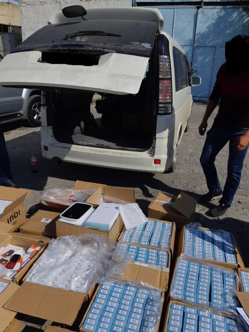 Минивэн Honda Stepwgn, в котором  выявили контрабандные 1 890 мобильных телефонов в Оше