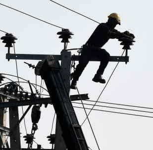 Электрик ремонтирует ЛЭП. Архивное фото