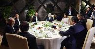 Президент Сооронбай Жээнбеков Түрк тилдүү мамлекеттердин кызматташуу кеңешине (ТТМКК) мүчө өлкөлөрдүн лидерлери жана өкмөт башчылары менен кечки тамакка отурду