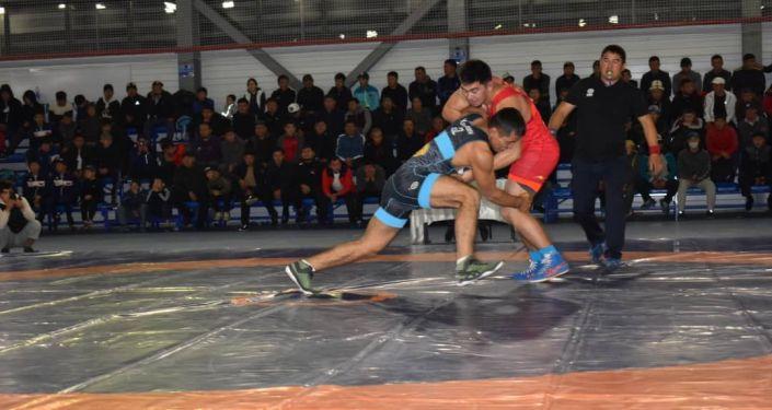 Борцы на турнире по вольной борьбе в Нарыне