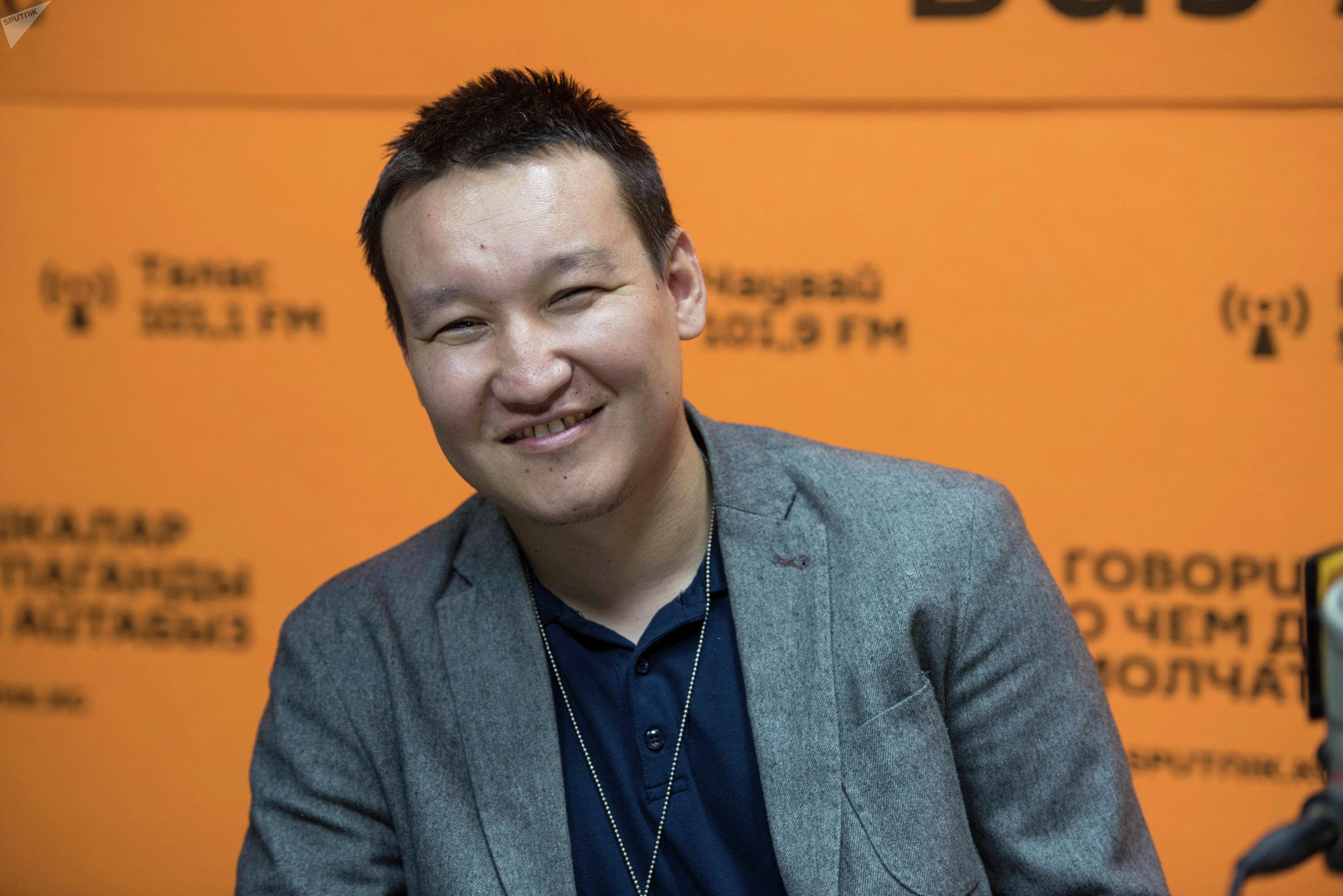 Шеф-редактор международного информационного агентства Sputnik Кыргызстан Эркин Алымбеков во время беседы на радио