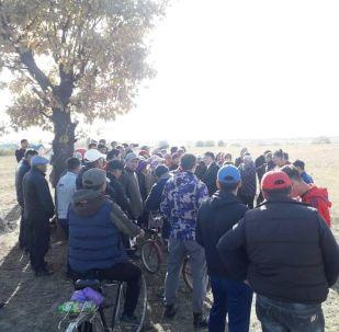 Порядка 100 человек пытались захватить муниципальный земельный участок площадью 7 гектаров в жилмассиве Калыс-Ордо в Первомайском районе. 15 октября 2019 года