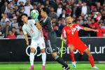 Японец Шуичи Гонда (в центре) спасает свои ворота во время чемпионата мира по футболу 2022 года. Отборочный матч F группы азиатской зоны между Таджикистаном и Японией в Душанбе. Таджикистан, 15 октября 2019 года