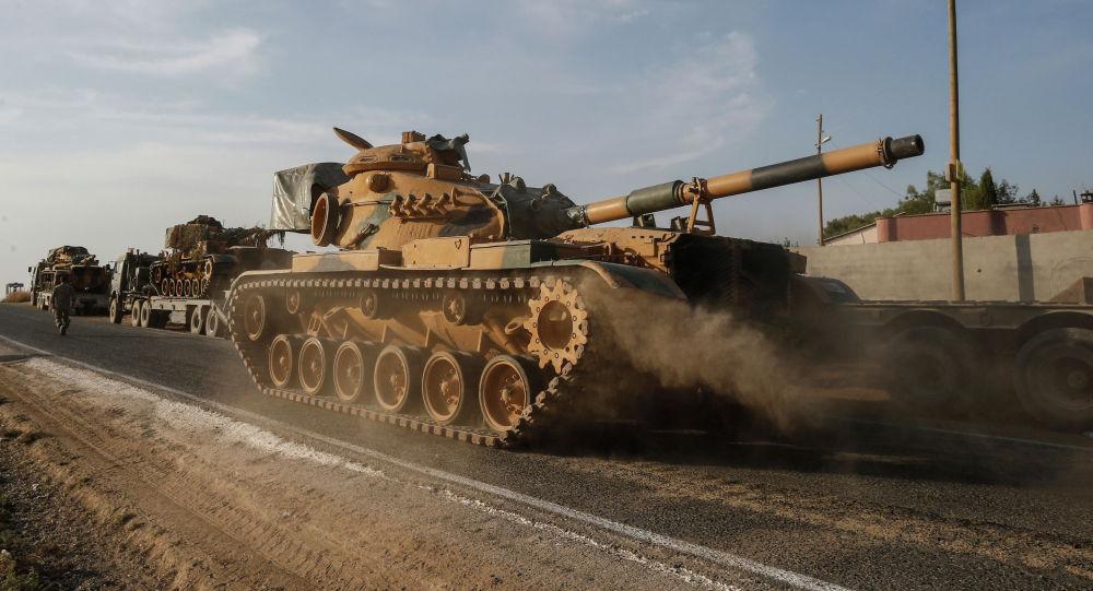 Турецкий военный танк по дороге к границе с Сирией в провинции Шанлыурфа. Архивное фото
