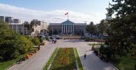 Вид на аллею Молодежи и фасад мэрии Бишкека с высоты в Бишкеке
