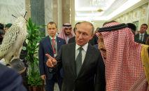Президент России Владимир Путин беседует с королем Саудовской Аравии Салманом во время встречи в Эр-Рияде, Саудовская Аравия, 14 октября 2019 года