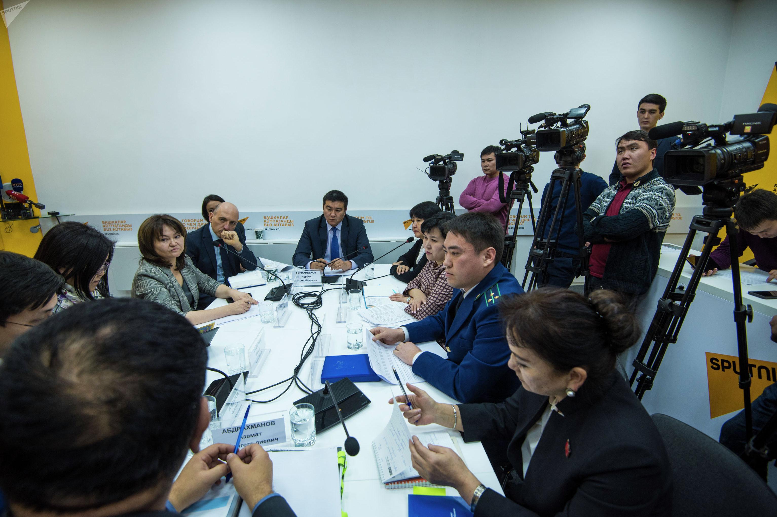 Участники круглого стола Как защитить детей мигрантов в Кыргызстане